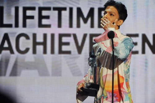Pop star Prince to receive Billboard Icon Award