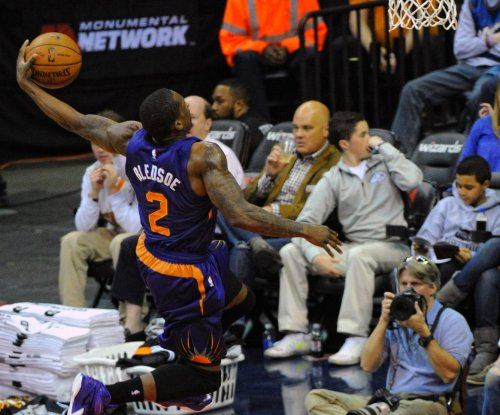 Phoenix Suns G Eric Bledsoe leaves with knee injury