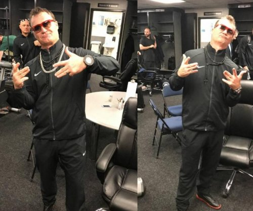Mariners manager wears bling after losing bet