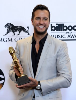 2014 CMT awards: Luke Bryan spoofs Solange and Jay Z's elevator fight