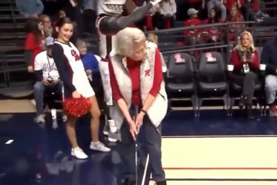 84-year-old basketball fan sinks 94-foot putt