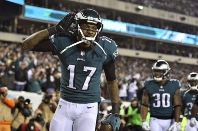 Second graders serenade Alshon Jeffery with Eagles fight song during visit