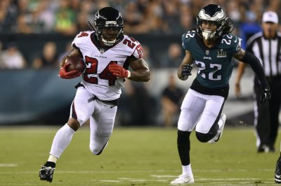 Freeman, Neal exit Falcons' loss with knee injuries