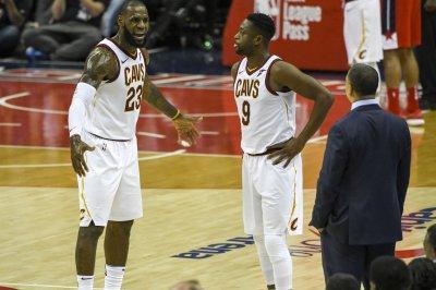 Cavaliers' Dwyane Wade briefs teammates on his dislike for birds