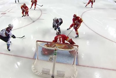 Calgary Flames' Mike Smith makes two spectacular glove saves on penalty kill