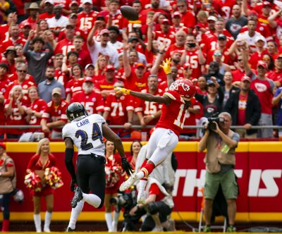 Chiefs WR Demarcus Robinson grabs one-handed TD from Patrick Mahomes