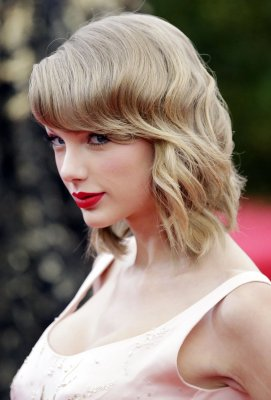 Taylor Swift disses 'dramatic' exes at Teen Choice Awards