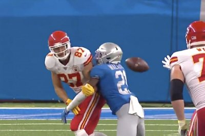 Chiefs' Travis Kelce, LeSean McCoy complete hook-and-ladder play vs. Lions