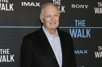Alan Alda honors late friend and 'M*A*S*H' co-star Wayne Rogers