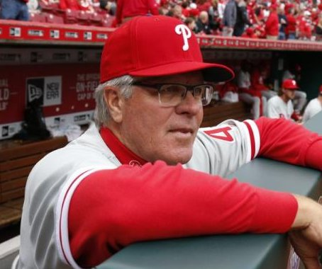 Philadelphia Phillies extend manager Pete Mackanin's contract