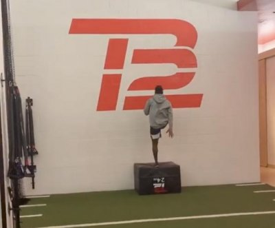 Patriots' Antonio Brown trains at TB12 gym, asks for love in 'time of crisis'