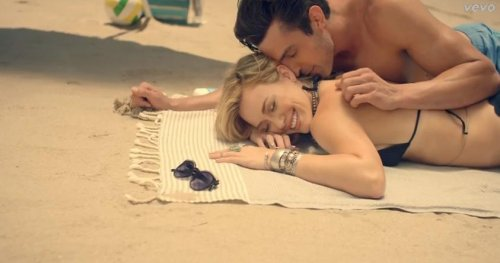 Hilary Duff unveils video for 'Chasing The Sun'