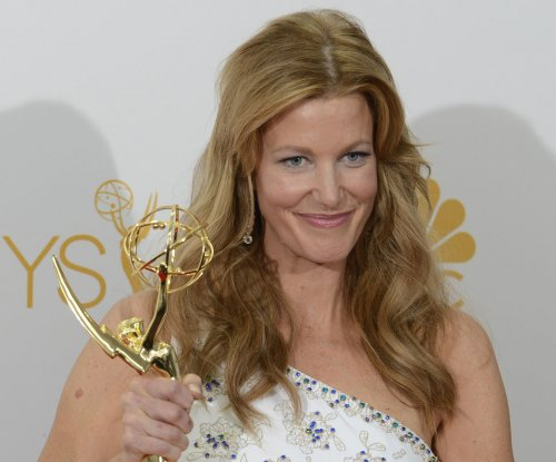 Anna Gunn joins Jennifer Lopez in 'Shades of Blue'