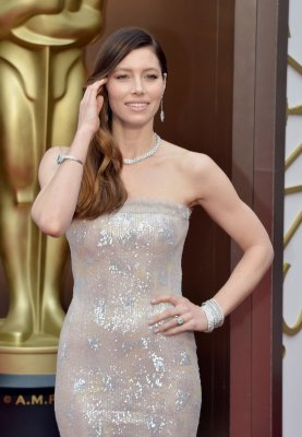 Jessica Biel walks Oscars red carpet sans Justin Timberlake