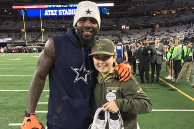 Dallas Cowboys' Dez Bryant warms up in socks, gives shoes away for Make-A-Wish
