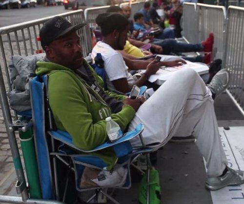 New York men make $1,000 a week by waiting in lines