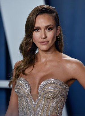 Jessica Alba plays 'What's Behind Me?' with Jimmy Fallon on 'Tonight Show'