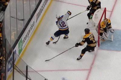 Blues' Ryan O'Reilly scores after no-look, between-the-legs pass from Zach Sanford