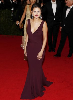 Selena Gomez blames paparazzi for LA car accident
