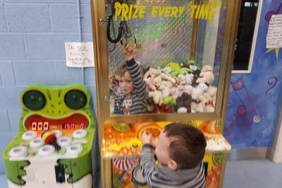Dad shares Irish 3-year-old's claw machine adventure in viral post