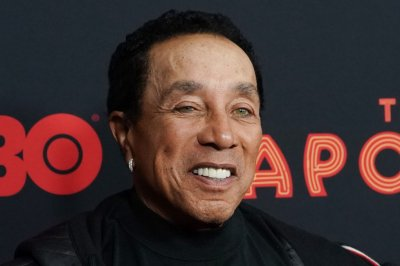Smokey Robinson surprises hospital housekeeper on 'Kimmel'