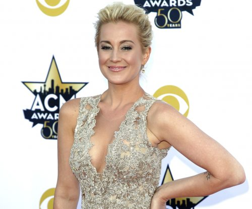 Kellie Pickler misses buzzer, startles Steve Harvey on 'Celebrity Family Feud'