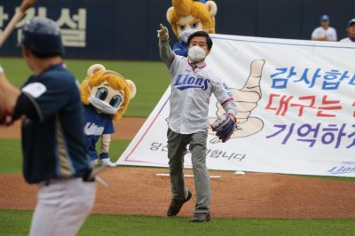 Pro baseball gets underway in South Korea -- no crowds, no spitting