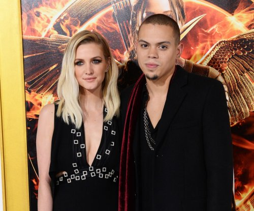 Ashlee Simpson expecting a girl with Evan Ross