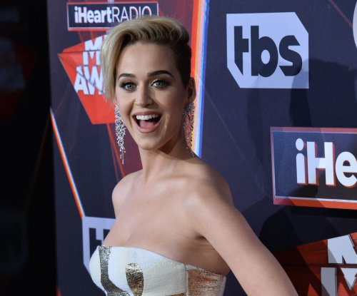 Katy Perry laughs off Ryan Phillippe dating rumors