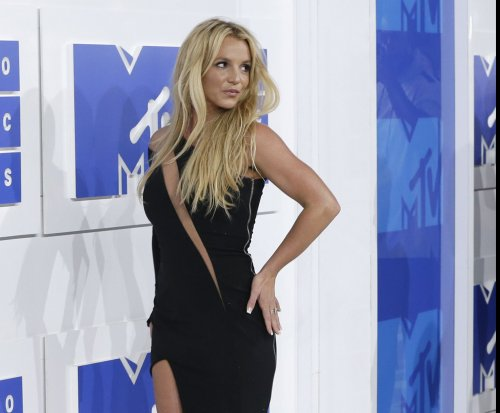 Britney Spears returns to the VMA stage with steamy performance