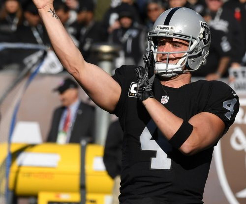 Oakland Raiders win but lose QB Derek Carr to broken fibula