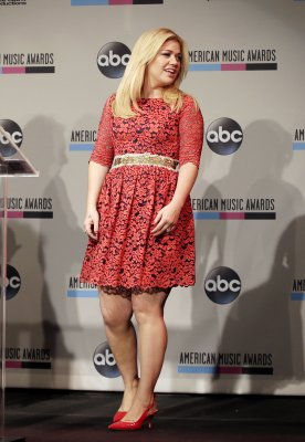 Kelly Clarkson shows off growing baby bump in Nashville