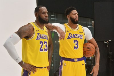 Lakers stars LeBron James, Anthony Davis to keep names on back of jerseys
