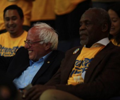 Bernie Sanders, Danny Glover share man-date at Golden State Warriors game