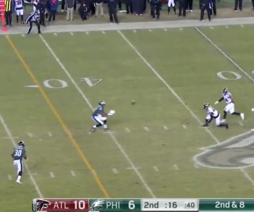 Philadelphia Eagles' Smith makes immaculate catch off of defender's knees