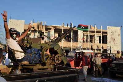 Clinton off to Paris to discuss Libya