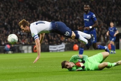 Controversial Harry Kane penalty lifts Spurs over Chelsea