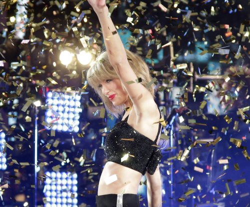 Taylor Swift, Idina Menzel help ring in 2015 in New York's Times Square