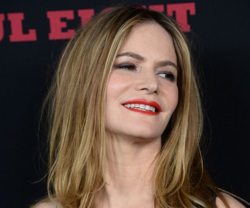 Jennifer Jason Leigh dishes about her 'Hateful Eight' character