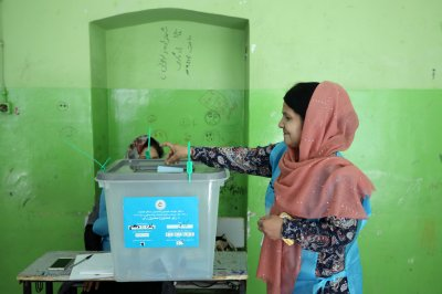Afghans begin presidential vote amid insurgent attacks