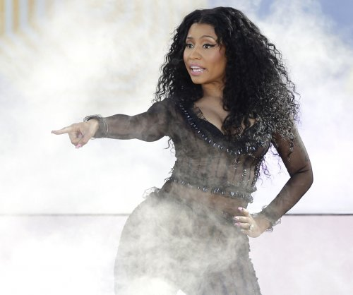 Nicki Minaj suffers wardrobe malfunction in Vancouver