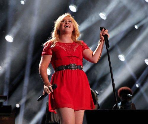 Kelly Clarkson teases new album on Twitter