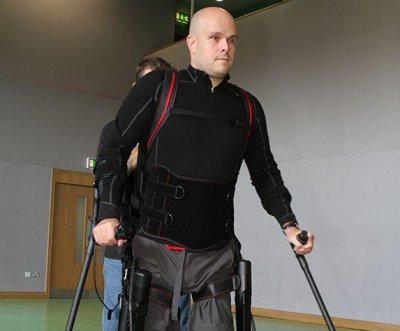 Robotic exoskeleton allows completely paralyzed man to move his legs