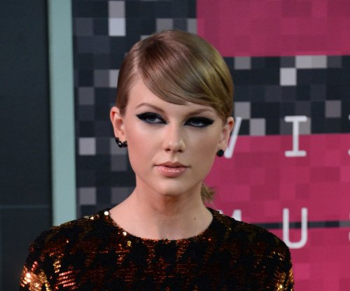 Taylor Swift not living with boyfriend Calvin Harris, says rep