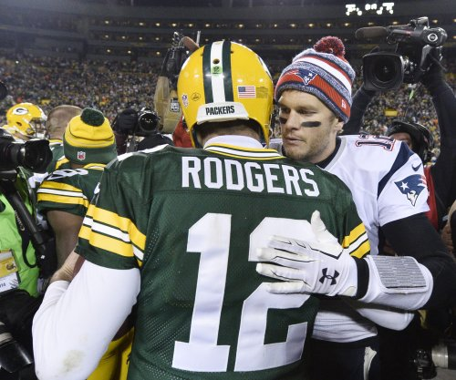 Aaron Rodgers, Green Bay Packers hang on to beat New England Patriots