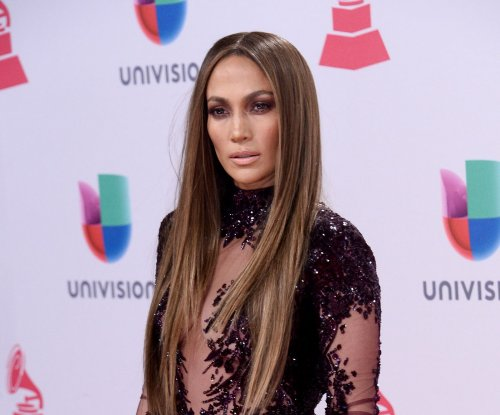 Jennifer Lopez, Marc Anthony share kiss onstage at Latin Grammy Awards