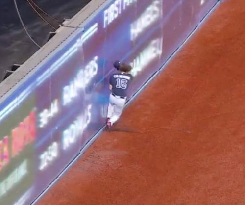 Braves' Charlie Culberson crashes into wall, still makes catch