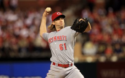 Bronson Arroyo signs with Diamondbacks