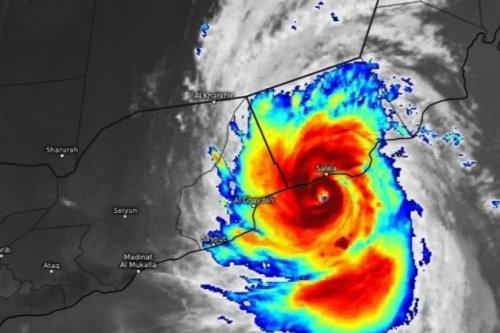 Cyclone Mekunu surges through Oman killing 2