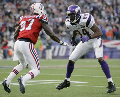 Vikings waive receiver Randy Moss